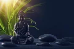 Statua e pietre del Buddha fotografie stock
