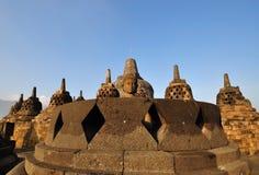 Statua e Stupas di Buddha a Borobudur antico Fotografia Stock Libera da Diritti