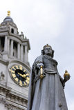 Statua e una cattedrale Fotografia Stock