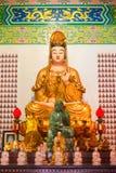Statua ed altare della dea di Guanyin nel tempio cinese Immagini Stock