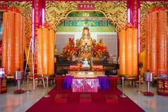 Statua ed altare della dea di Mazu nel tempio cinese Immagine Stock