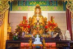 Statua ed altare della dea di Mazu nel tempio cinese Fotografia Stock