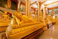 Statua ed altra di sonno Buddha corridoio dell'interno di Wat Chalong famoso Immagini Stock