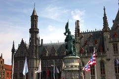 Statua ed architettura al posto principale a Bruges immagine stock