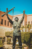 Statua egipski zwycięzcy żołnierz robi zwycięstwo znakowi Fotografia Royalty Free