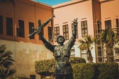 Statua egipski zwycięzcy żołnierz robi zwycięstwo znakowi Zdjęcie Royalty Free