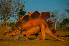 Statua enorme di un dinosauro Modelli animali preistorici, sculture nella valle del parco nazionale in Baconao, Cuba Fotografia Stock