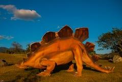 Statua enorme di un dinosauro Modelli animali preistorici, sculture nella valle del parco nazionale in Baconao, Cuba Fotografia Stock Libera da Diritti