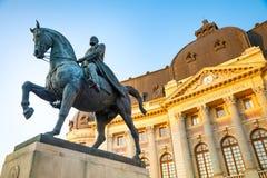Statua equestre del canto natalizio I davanti a Royal Palace a Bucarest immagini stock