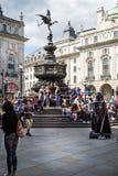 Statua Eros lub Anteros z Darth Vader ulicznym wykonawcą w Picadilly cyrku, Londyn, UK zdjęcie royalty free