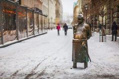 Statua famosa del poliziotto, simbolo di Budapest - il capitol della città dell'Ungheria immagini stock libere da diritti