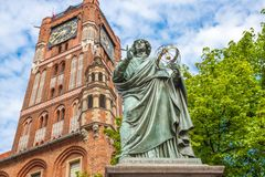 Statua famosa dell'astronomo a Mikolaj Kopernik a Torum fotografie stock