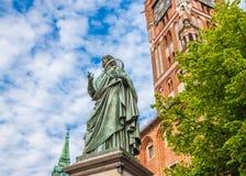 Statua famosa dell'astronomo a Mikolaj Kopernik a Torum fotografia stock libera da diritti