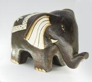 Statua fatta a mano di legno dell'elefante isolata su fondo bianco fotografia stock