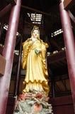 Statua femminile dorata della dea di Guaneen in Tailandia Fotografie Stock Libere da Diritti