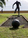 Statua futbolista na Quayside w Funchal maderze zdjęcia royalty free