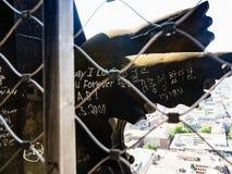Statua in galleria all'aperto sul tetto dei DOM di Colonia Fotografie Stock Libere da Diritti