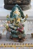 Statua Ganesh instalował w podwórzu Wata Na Phra mężczyzna w Ayutthaya (Tajlandia) Fotografia Royalty Free