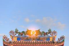 Statua gemellata dei draghi sul tetto del tempio cinese Fotografia Stock