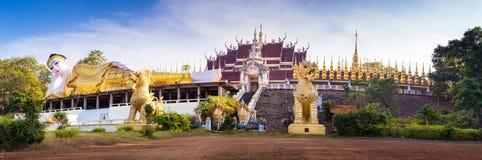 Statua gigante Buddha adagiantesi della foto panoramica Fotografie Stock Libere da Diritti
