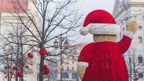 Statua gigante di Santa in mezzo alla via in Baixa Chiado, Lisbona, Portogallo fotografia stock libera da diritti
