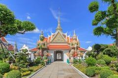 Statua gigante in Wat Arun Ratchawararam Ratchawaramahawihan in Th Fotografia Stock Libera da Diritti