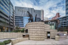 Statua Godzilla promieniotwórczy potwór po środku zdjęcie stock