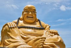Statua grassa gialla del monumento di Buddha con cielo blu immagini stock libere da diritti