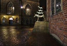 Statua Grodzcy muzycy Bremen przy nocą z historycznym urzędem miasta i kościół nasz dama w tle obrazy royalty free
