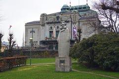 Statua Henrik Ibsen na zewnątrz teatru narodowego w Bergen, Norwegia zdjęcie royalty free
