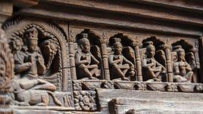 Statua Hinduscy bóg rzeźbił na drewnianym drzwi fotografia royalty free