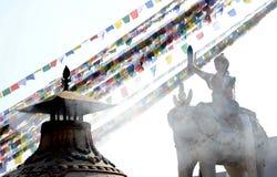 Statua i flagi przy Boudhanath stupą Kathmandu obrazy stock