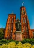 Statua i krzaki przed Smithsonian kasztelem w washington dc, Zdjęcia Royalty Free