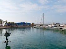 Statua Icarus w wodzie W tle widok port Hiszpania Obrazy Royalty Free