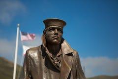 Statua il marinaio e le bandiere degli Stati Uniti all'oro Fotografie Stock