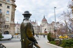 Statua Imre Nagy patrzeje w kierunku Budy na moscie obrazy royalty free