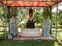Statua indù del dio con due elefanti in tettoia e nella luce solare normale di giorno immagini stock