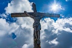 Statua jezus chrystus na krzyżu w dolomitach Fotografia Stock