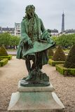 Statua Jules Hardouin Mansart przy Les Invalides uprawia ogródek w normie fotografia stock