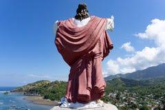 Statua kłaść na wzgórzu jezus chrystus, stawiający czoło ocean i wioskę w Flores, Wschodni Nusa Tenggara, Indonezja zdjęcia stock