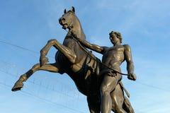 Statua konkieta koń na Anichkov moscie w StPetersburg, Rosja zdjęcie stock