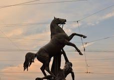 Statua konkieta koń przy zmierzchem zdjęcia royalty free