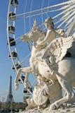 Statua królewiątko sława jeździecki pegaz na miejscu De Los angeles Concorde z ferris kołem i wieża eifla przy tłem, Paryż, Franc zdjęcia royalty free