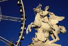 Statua królewiątko sława jeździecki pegaz na miejscu De Los angeles Concorde z ferris kołem, Paryż, Francja obrazy stock