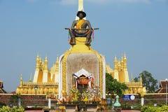 Statua królewiątko Chao Anouvong przed Pha Który Luang stupa w Vientiane, Laos Obraz Stock
