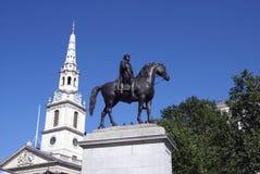 Statua królewiątko George VI i St pola w Londyn, Anglia Fotografia Royalty Free