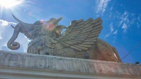 Statua Lembuswana w Pulau Kumala, mitologii zwierzę od Indonezja, z niebieskim niebem jako tło Obrazy Stock