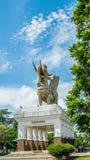 Statua Lembuswana w Pulau Kumala, mitologii zwierzę od Indonezja, z niebieskim niebem jako tło Zdjęcia Royalty Free