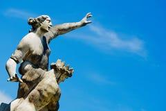 Statua ludzie celuje niebo Zdjęcia Royalty Free