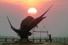 Statua Marlin ryba punkty zwrotni przy Ao Nang plażą Fotografia Stock